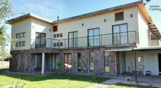 Casa con galpón y 2.000 m2 de terreno.